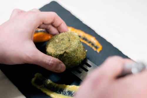 Sformatino di ricotta e spinaci su crema di peperoni arrostiti