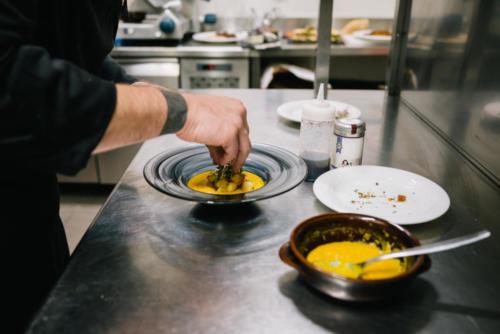 Vellutata di zucca gialla e cubi di pane croccante al timo